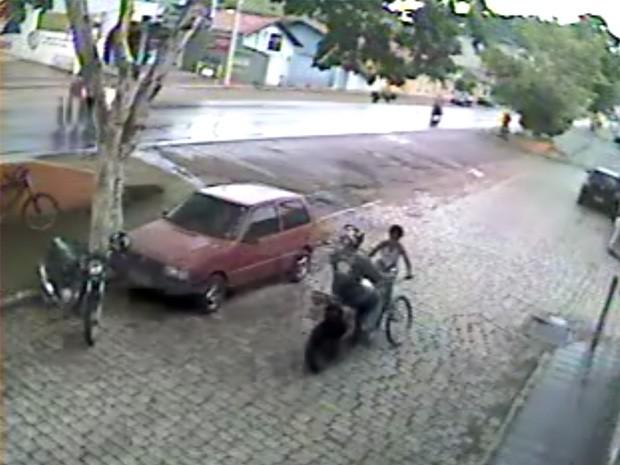 Menino de 9 anos é atropelado no Centro de Itamonte (Foto: Câmeras de segurança)