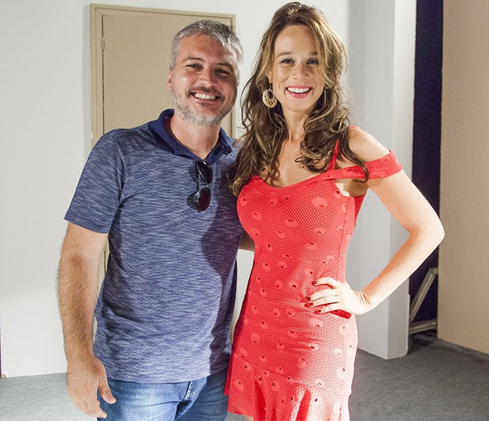 Mariana Ximenes exibe pela primeira vez o figurino de Tancinha ao lado diretor artístico de 'Haja Coração', Fred Mayrink (Foto: Sérgio Zalis/TV Globo)