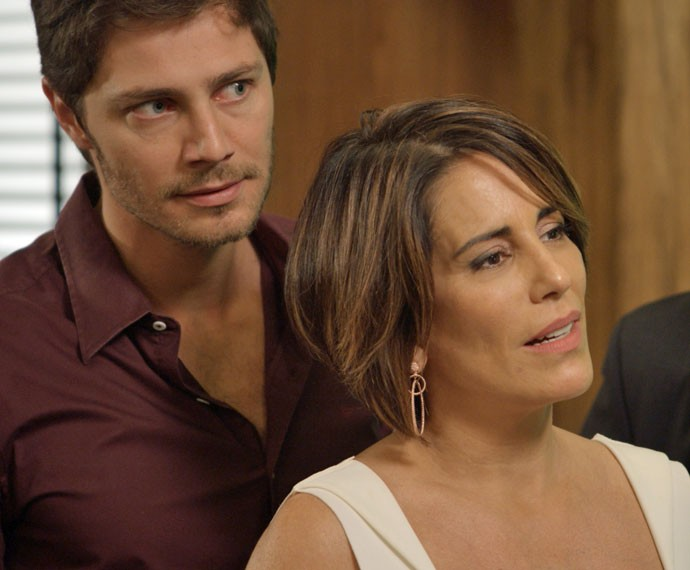 Beatriz mostra vídeo de Inês Aderbal para todos na Souza Rangel (Foto: TV Globo)