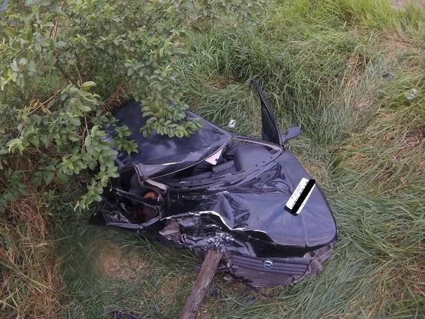 Carro saiu da pista e ficou destruído (Foto: Claudio Costa/Portal de Notícias Lei Seca Maricá)