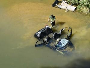 Motorista perdeu o controle e carro caiu no Rio Jucu (Foto: Ricardo Vervolet / A Gazeta)