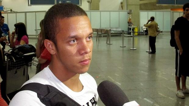 Marcos Junior no desembarque da seleção sub-20 (Foto: Márcio Iannacca / Globoesporte.com)