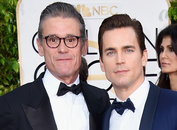 O ator Matthew Bomer (à dir.) e o escritor Simon Hall, casados desde 2011, têm três filhos, todos garotos, dois deles gêmeos. (Foto: Getty Images)