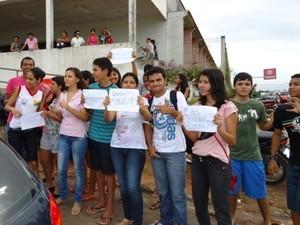Estudantes se reúnem e pedem que as aulas na rede pública voltem à normalidade  (Foto: Genival Moura )