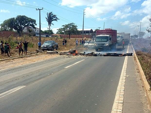 Moradores incendiaram objetos para interditar a pista da BR-135 (Foto: Divulgação / PRF)