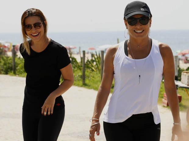 Cleo Pires e Cissa Guimarães gravam em clima descontraído na praia (Foto: Salve Jorge / TV Globo)