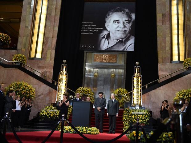 A viúva de Gabriel García Márquez, Mercedes Barcha (ao centro), e os filhos do casal Gonzalo (à direita da mãe) e Rodrigo (à esquerda da mãe), diante da urna com as cinzas do autor durante homenagem ao escritor no México (Foto: Yuri Cortez/AFP)