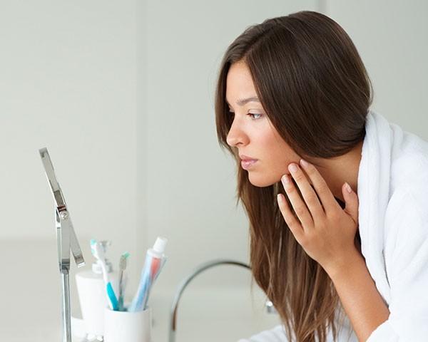 Saiba se a sua rotina anti-aging está deixando a sua pele mais fina (Foto: Thinkstock)