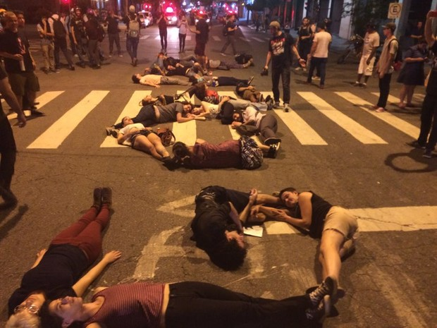 Grupo deita no chão e forma a palavra Golpe (Foto: Roney Domingos/G1)