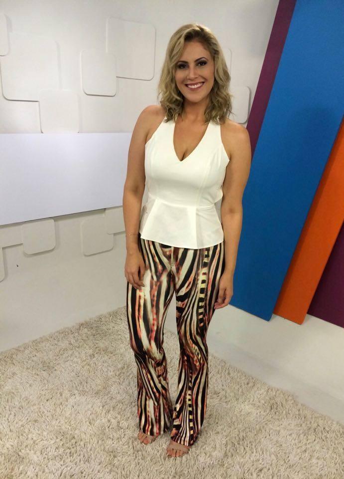 Look da Jessica: apresentadora aposta em blusa no estilo 'Peplum'  (Foto: Reprodução / TV Diário)