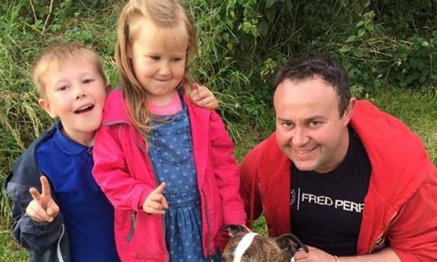 Paul com os filhos Alex e Maisie (Foto: Reprodução/Facebook)