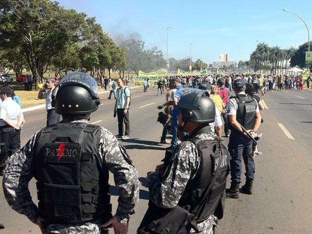 Policiais militares acompanham protesto contra Copa das Confederações que fechou via em frente ao Estádio Nacional de Brasília (Foto: Gabriella Julie/G1)