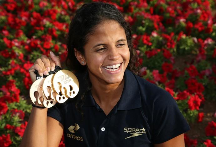Etiene Medeiros posa com medalhas em Doha (Foto: Satiro Sodré/SSpress)