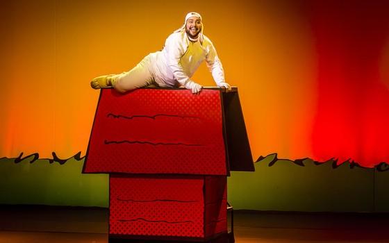Tiago Abravanel interpreta o cachorro Snoopy no musical que chega ao Rio em novembro (Foto: Divulgação)