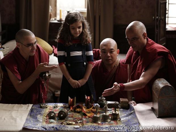 Monges fazem teste com Pérola e mostram objetos de Ananda para ela escolher (Foto: Fábio Rocha/ TV Globo)