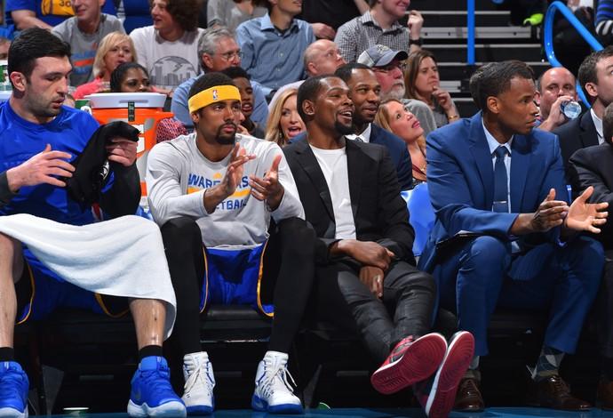 Lesionado, Kevin Durant assistiu ao jogo em Oklahoma City do banco de reservas dos Warriors (Foto: Getty Images)