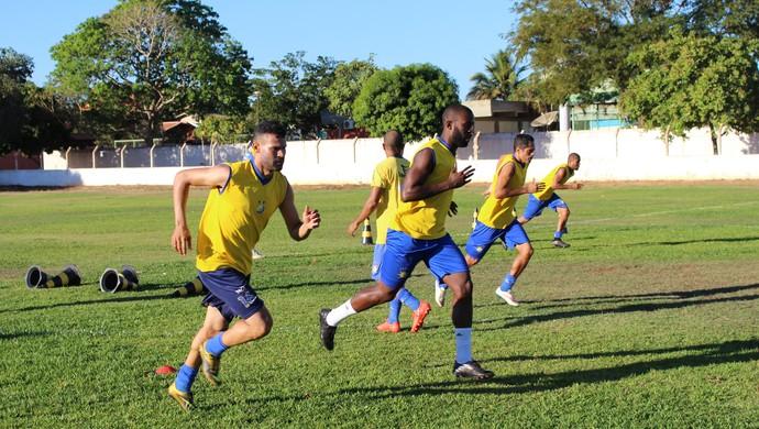 Ederson reforço do Palmas treinando ao lado do zagueiro Carlos Vinícius  (Foto: Nelio Soares/GloboEsporte.com)