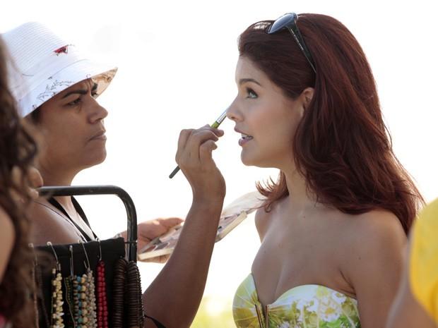 Paloma retoca a maquiagem antes de começar a gravar (Foto: Salve Jorge/TV Globo)