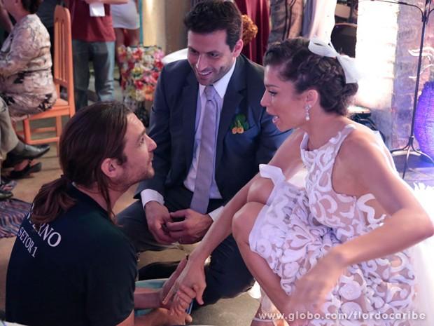 Vilão só na ficção! Igor Rickli também bate papo com os noivos (Foto: Flor do Caribe/TV Globo)