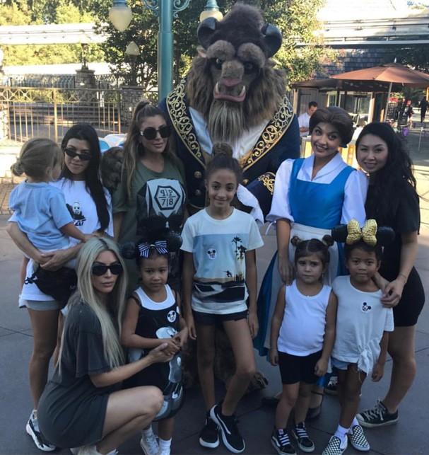 Kim e Kourtney curtem o dia na Disney com os filhos (Foto: Reprodução Instagram )
