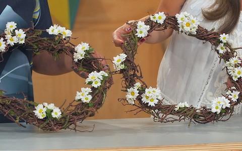 Como fazer guirlandas decorativas de galhos e flores