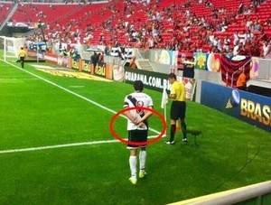 Juninho gesto obsceno Vasco x Flamengo (Foto: Reprodução)