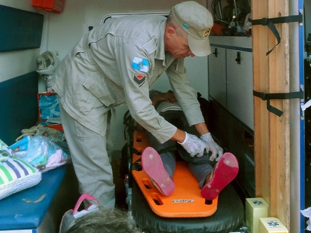 Bombeiro faz procedimento de segurança em mulher que acabara de dar à luz (Foto: Blog Repórter Renata Cristiane)