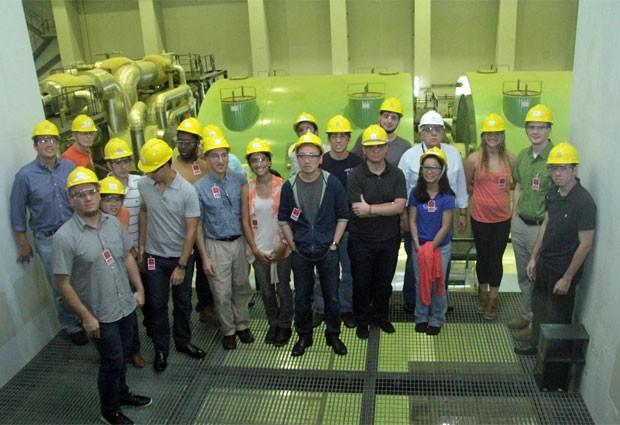 O grupo de estudantes da USP e de Harvard durante visita a campo no Brasil (Foto: Divulgação/Harvard)