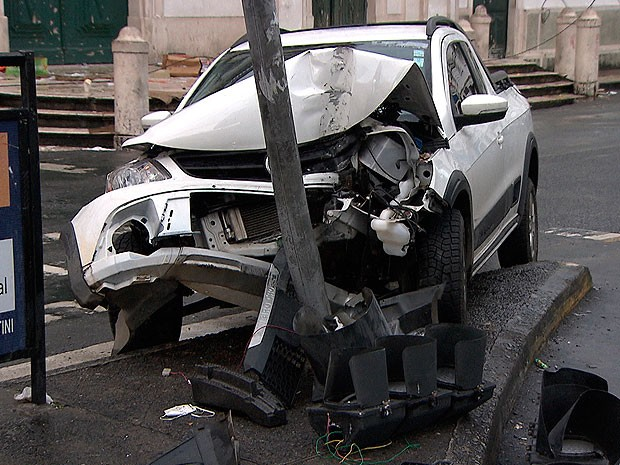 Um carro teve a frente destruída na manhã desta quarta-feira (12) ao subir o canteiro e atingir a estrutura de um semáforo em frente à Igreja da Piedade em Salvador. (Foto: Imagem/ TV Bahia)