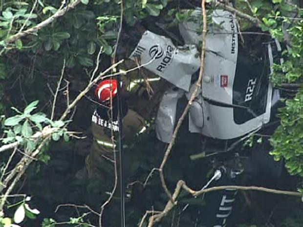 Helicóptero foi encontrado totalmente destruído por volta das 10h desta quarta (21) (Foto: Reprodução/TV Globo)