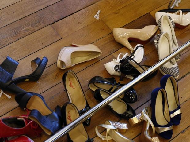 Foto mostra sapatos das modelos participantes do Dwarf Fashion Show, no Ministério da Cultura da França, nesta sexta-feira (2) (Foto: Jerome Delay/AP)
