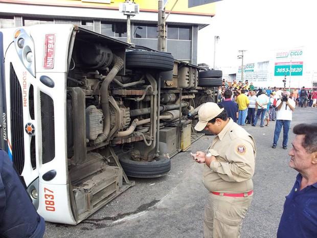 Acidente aconteceu na manhã desta quarta-feira (10) (Foto: Henrique Dovalle/G1)