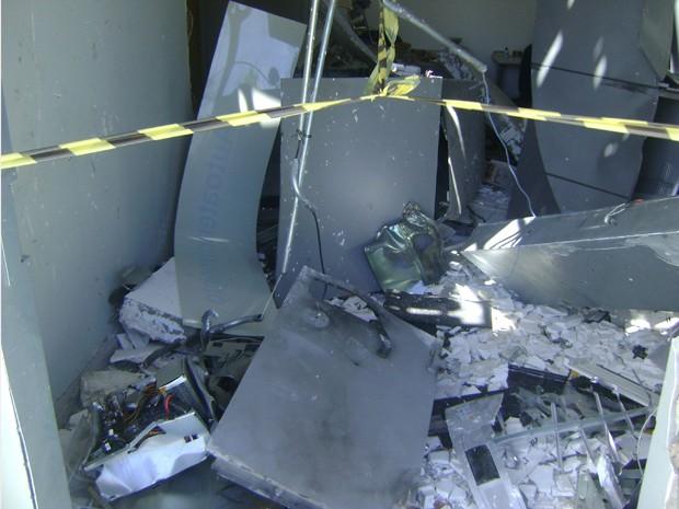 Caixa eletrônico foi dinamitado. (Foto: Waléria Assunção/TV Paraíba)