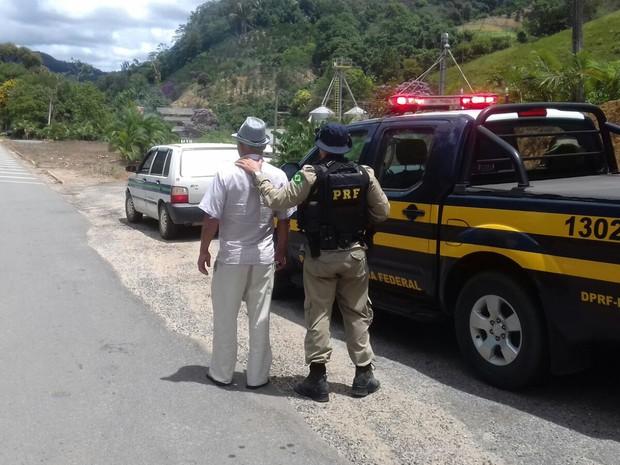 Um taxista foi flagrado com carteira de habilitação falsa (Foto: Reprodução / TV Gazeta)
