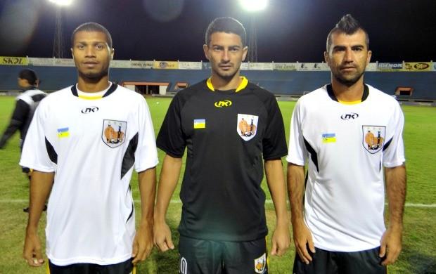 Jogadores Léo, Alex Cruz e Kim com a camisa do Ubiratan (Foto: Divulgação/Ubiratan)