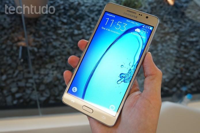 Galaxy On7 oferece design com versão em preto e dourado (Foto: Thassius Veloso/TechTudo) (Foto: Galaxy On7 oferece design com versão em preto e dourado (Foto: Thassius Veloso/TechTudo))