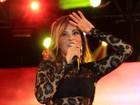 Alinne Rosa escolhe vestido de renda supercurto para show em MT