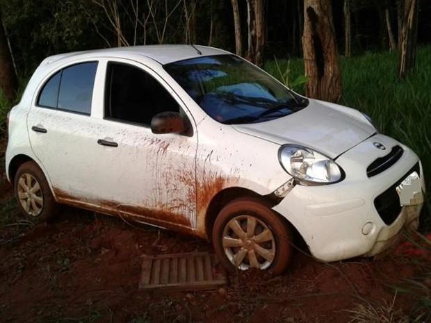 Após perseguição policial, jovens bateram carro que ficou danificado. Rio Preto (Foto: Digulgação/ CAEP)