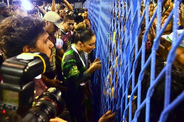 Claudia Leitte com os fãs na Sapucaí (Foto: Roberto Teixeira/EGO)