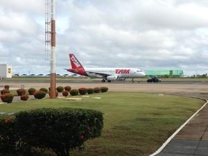 Airbus A-319 da empresa Tam Linhas Aéreas saiu de Boa Vista às 9h30 com cinco horas de atraso  (Foto: Vanessa Lima)
