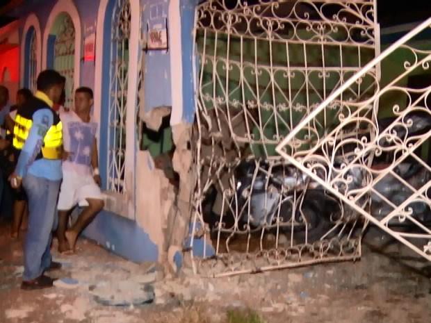 Frente da casa ficou destruída (Foto: Reprodução/ TV Tapajós)