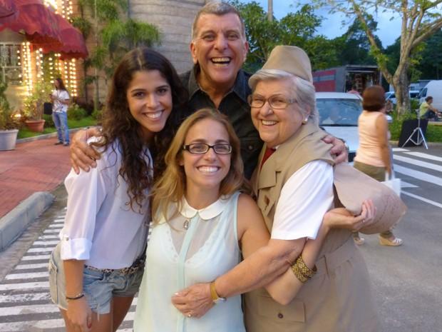 Jorginho entre a atriz Maria Carol, a diretora Ana Paula Guimarães e dona Hilda (Foto: Guerra dos Sexos/TV Globo)