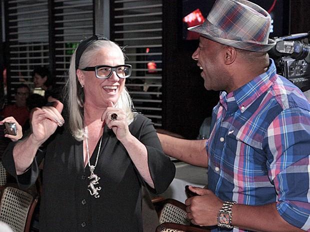 Vera Holtz se divertiu com Aílton Graça durante o capítulo final (Foto: Avenida Brasil/TV Globo)
