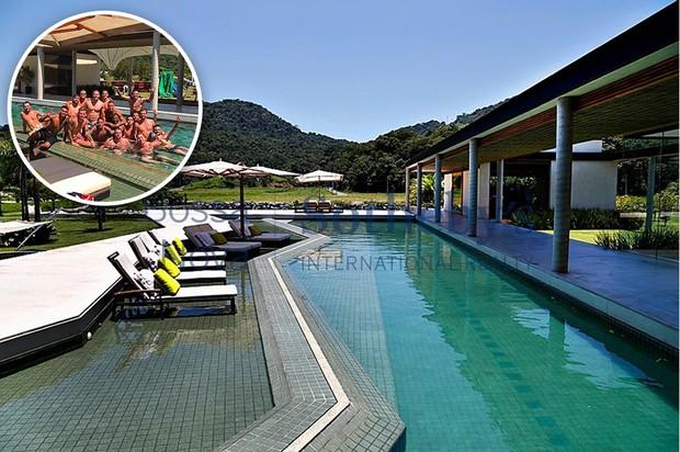 Neymar com amigos na piscina de sua mansão (Foto: Reprodução Bossa Nova Sir / Sotheby´s)