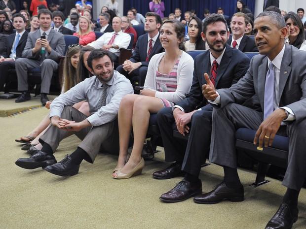Barack Obama assiste ao jogo dos Estados Unidos ao lado de repórteres (Foto: Mandel Ngan/AFP)