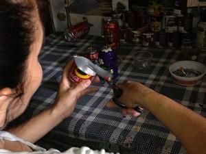 A artesã molda as latinhas de refrigerante e as transforma em panelas (Foto: Neidiana Oliveira / G1)