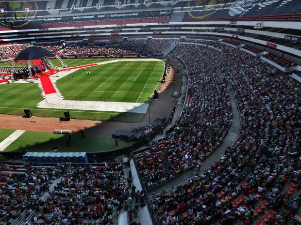 30/11/2014 – Fãs de Roberto Bolaños lotam as arquibancadas do estádio Azteca para o velório do criador de Chaves e Chapolin (Foto: Marco Ugarte/AP)