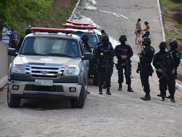 Três homens e um menor de idade foram detidos durante operação (Foto: Walter Paparazzo/G1)