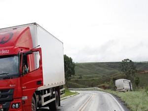 Pista molhada provoca acidente entre caminhão e ônibus (Foto: Marco Antônio/Tv Bambuí)
