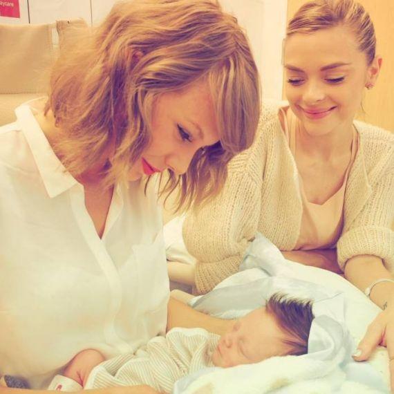 Taylor Swift conhece o afilhado Leo Thames, filho da atriz Jamie King (Foto: Instagram / Reprodução)